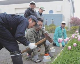 広場の隅に土留めを整備するおやじの会のメンバー