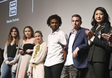 「アフター・パークランド」の初上映後にステージに上がった田口恵美里さん(右端)と出演した生徒たち=4月、米ニューヨーク(共同)