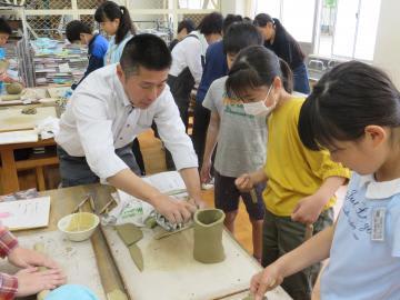陶芸家の指導で作品づくりに取り組む児童たち=水戸市立双葉台小学校