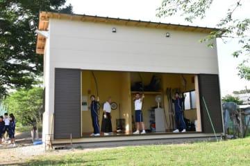 三納小中の敷地内に完成した弓道場で練習に励む中学生