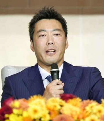 日米通算21年の現役生活からの引退を表明するプロ野球巨人の上原浩治投手=20日午後、東京都内のホテル