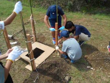 夏のキャンプで、災害用の簡易トイレ作りをする子どもたち(2017年7月、滋賀県高島市新旭町饗庭)=なまず提供