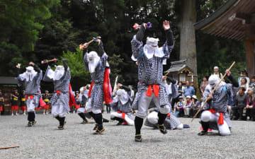 力強い棒踊りが奉納された狭野神社の御田植祭