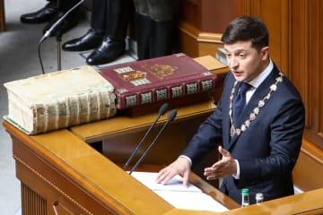 20日、ウクライナの首都キエフの最高会議で行われた大統領就任式で演説するゼレンスキー新大統領(タス=共同)