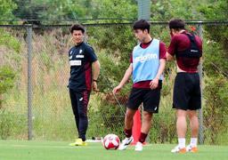 練習を見守る神戸の吉田監督(左端)=神戸市西区、いぶきの森球技場