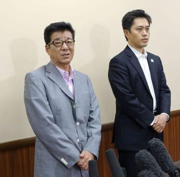 大阪市内で取材に応じる大阪維新の会代表の松井一郎市長(左)と吉村洋文府知事=20日午後