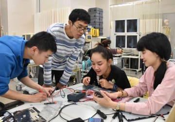 臨床工学技士に関する講義で共に学ぶ、タイ人研修生と九保大生