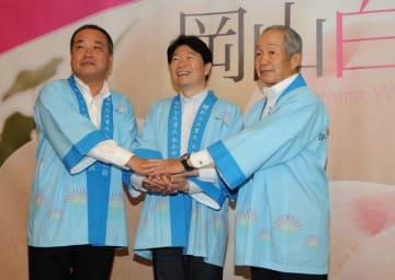 観光キャンペーンの発表会見に臨んだ(左から)有田支社長、伊原木知事、岡崎会長