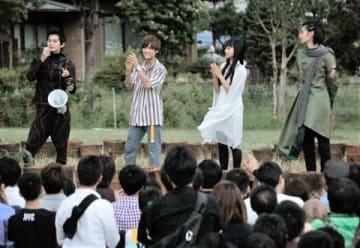 「劇場版 仮面ライダージオウ」大規模ロケの最後にサプライズあいさつをする(左から)押田岳さん、奥野壮さん、大幡しえりさん、渡邊圭祐さん