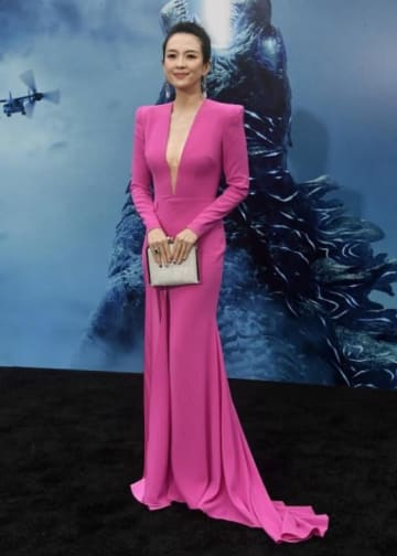 最新版「ゴジラ」プレミア上映、女優チャン・ツィイーがセクシードレスで妊娠のうわさ否定