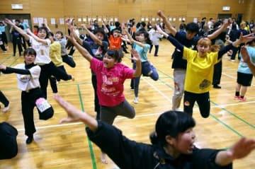 令和の幕開けを祝う総踊り曲「祭りだ!和っしょい」を練習する学生ら(中本翔撮影)