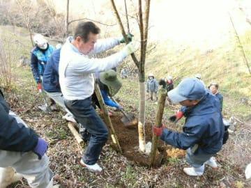 朝倉文夫記念公園で植樹する朝地まちづくり協議会の会員ら=3月、豊後大野市朝地町