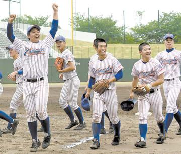 4強に進出し、スタンドに向かって笑顔を見せる山村学園の選手たち=20日、県営大宮球場