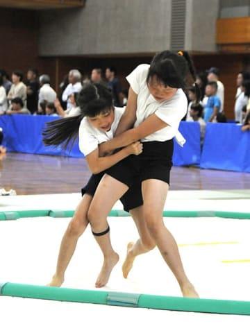 土俵際で競り合う女子選手ら=関市若草通、せきしんふれ愛アリー