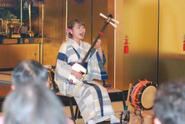 【民謡、三味線、太鼓を組み合わせた演目を披露する駒田さん=津市西丸之内の正覚寺で】