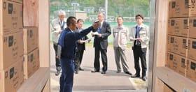 分散備蓄庫を視察する総務常任委のメンバー
