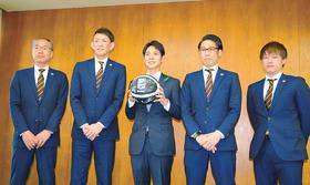 鈴木知事(中央)を表敬訪問した折茂社長(左から2人目)ら