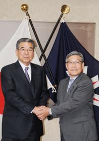 握手を交わす村田議長(左)と高橋副議長