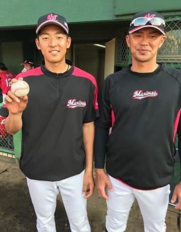 5月11日のイースタンリーグ・ヤクルト戦で六回に勝ち越しの2点打を放った福浦(右)と勝ち投手となった習志野高校の後輩、古谷=第一カッター
