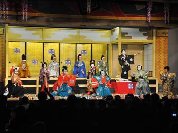 熱のこもった演技で歓声を受ける黒川小学校の児童たち=白川町黒川、東座