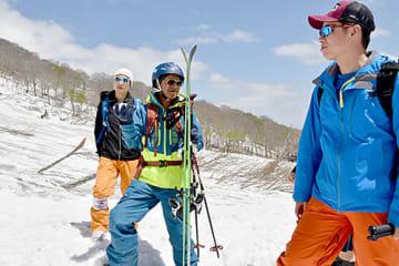 スキー場を視察する廬建さん(中央)ら=西川町・月山スキー場