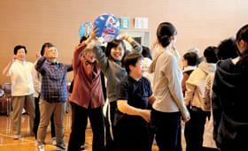 受講生と学生らが協力し合いながら体を動かした運動会
