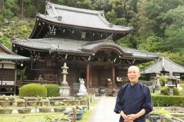 「日本遺産」認定をきっかけに、「多くの人に寺に訪れてほしい」と話す伊丹住職(宇治市莵道・三室戸寺)