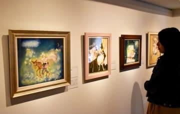 田村さんのイラストが多数並ぶ企画展