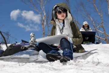残雪の八甲田でスケッチする東京芸術大学の日本画専攻生ら