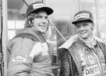 F1が日本で初開催された富士スピードウェイでのニキ・ラウダ(右)。左はライバルだったジェームズ・ハント=1976年10月(AP=共同)