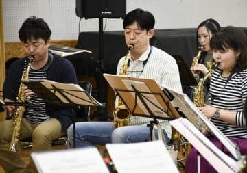 演奏会に向けて練習に臨む田中靖人さん(中央)と盛岡サクソフォンアンサンブルの団員