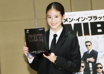 今田美桜、スーツもお似合い!