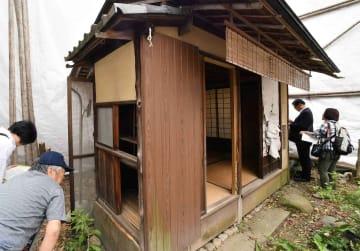 有待庵で現地確認する京都市などの行政関係者ら(20日午前11時45分、京都市上京区)