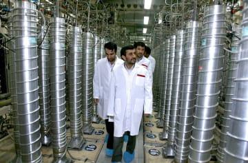 2008年4月、イラン中部ナタンズのウラン濃縮施設を歩くアハマディネジャド大統領(中央、当時)ら(AP=共同)