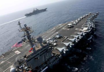 イランとの緊張が高まる中、アラビア海を航行する米原子力空母エーブラハム・リンカーン(手前)と強襲揚陸艦キアサージ=17日(米海軍提供・ロイター=共同)