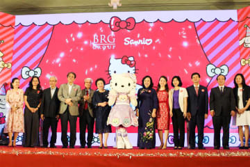 Sanrio Co. director Yuko Tsuji (5th from R) and BRG Group President Nguyen Thi Nga (6th from L) appear with other officials and guests at a project launch event for indoor theme park Hello Kitty World Hanoi by BRG in Hanoi on May 19.