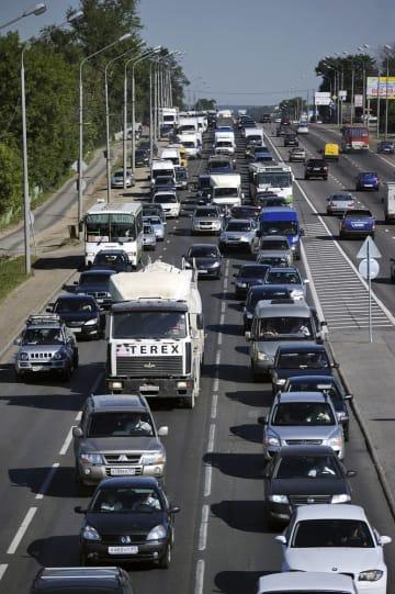 渋滞するモスクワの道路(タス=共同)。本文と写真は直接の関係はありません
