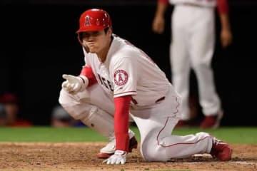 投球が直撃し苦悶の表情を浮かべたエンゼルス・大谷翔平【写真:AP】