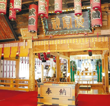 (左)仙台市有形文化財に指定されている入り母屋造りの拝殿内部