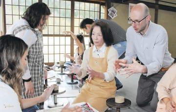 陶芸体験で職人の説明を翻訳するデンリンガーさん(右)=4月27日、山形市平清水