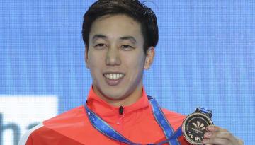 2018年12月、中国・杭州で開催された世界短水路選手権において、男子200メートル個人メドレーで銅メダルを獲得して微笑む藤森太将。しかしこの大会のドーピング検査において、のちに陽性反応が出てしまう。(写真:AP/アフロ)