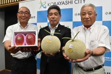 地元産のメロンやマンゴーをPRする大角さん(右)と松田さん(左)