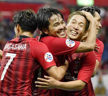 浦和―北京国安 後半、ゴールを決め抱き合って喜ぶ浦和・興梠(左から2人目)=埼玉スタジアム