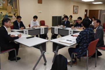 裁判員裁判の模擬評議で意見を述べる参加者=21日午後、松山地裁(代表撮影)