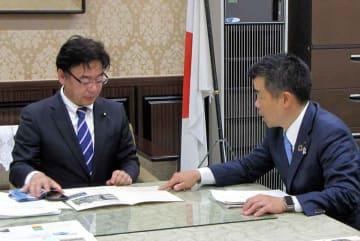 上野財務副大臣(左)に交通安全対策への予算確保を求める三日月滋賀県知事=東京都千代田区・財務省