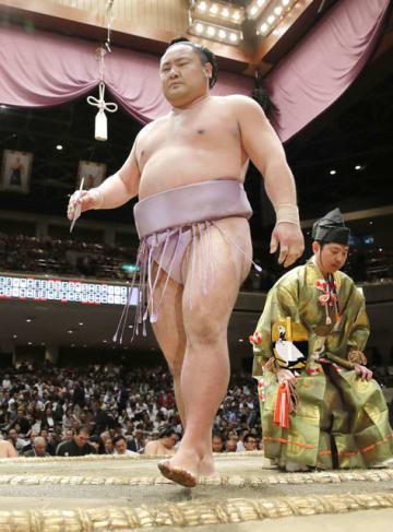 阿武咲を引き落としで破った琴恵光=21日午後、東京・両国国技館