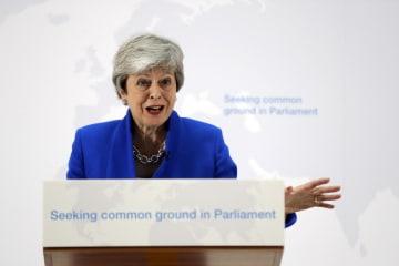 記者会見するメイ英首相=21日、ロンドン(AP=共同)