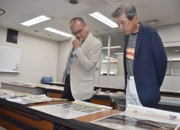 宮日広告賞の応募作品を審査する山本会長(右)と大岐教諭=21日午後、宮崎市・宮日会館