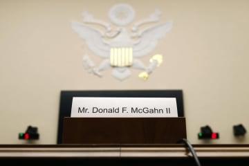 トランプ大統領によるロシア疑惑捜査妨害疑惑での公聴会、空いたままのマクガーン元大統領法律顧問の座席=21日、ワシントン(AP=共同)