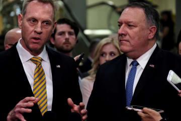 議員への説明を終え、報道陣の取材に応えるポンペオ国務長官(右)とシャナハン国防長官代行=21日、ワシントン(ロイター=共同)
